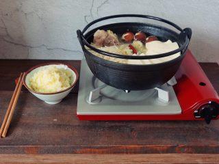 酸菜炖大骨棒,冬天可以放在这种小燃气炉上边煮边吃,很暖呵。搭配上二米饭(大米小米混合蒸出)。简直可以吃到站不起来。