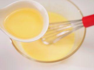 肉松小贝,加入玉米油,搅拌至玉米油与蛋黄完全混合