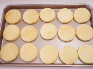 肉松小贝,晾凉的蛋糕片脱模后,用圆形切模一个个摁出来(我用的是饺子片的切模,该大小组合后可以做8个左右的肉松小贝)