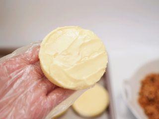 肉松小贝,开始组装肉松小贝(这个步骤最好戴上一次性手套操作):取一片蛋糕坯抹上沙拉酱