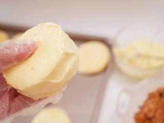 肉松小贝,先沿着蛋糕边缘抹上一圈沙拉酱,然后再在其中一表面抹上沙拉酱