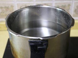 虫草花玉米筒骨汤,高压锅中放入足够量的水,烧开