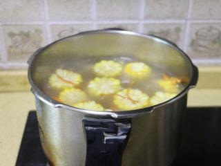 虫草花玉米筒骨汤,用勺子拌匀