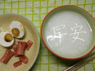一个人生活没有厨房的日子(一),在寝室只有一个小汤锅,插电的。功率不足60w。实在是有些烦恼,于是去二手又收了一个插电的小煎锅。用这两样超小功率的神器,我居然也开始琢磨起各种花样的早餐。因为学校食堂的早餐实在是太油了,我不喜欢太油腻的东西。