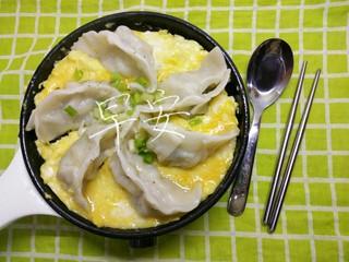 一个人生活没有厨房的日子(一),小煎锅到货后,就正式开始自己鼓捣了。锅真的很浅。我自己包了一点点饺子,水煮好,煎了个蛋抱煎饺。