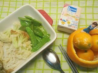 一个人生活没有厨房的日子(一),我最喜欢的蔬菜是花菜和扁豆。水煮后,稍微翻炒加酱油和耗油,就真的十分美味了。