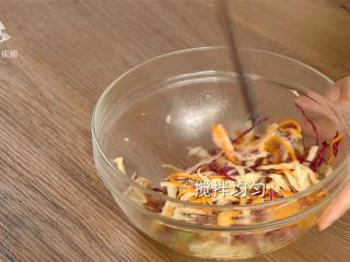 清爽柠檬薄荷鸡丝,减肥族的低脂肉菜,搅拌均匀
