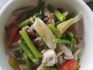 鲜芦笋炒松茸菌