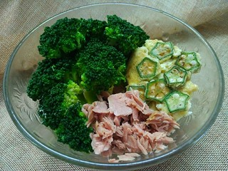 轻断食日晚餐-秋葵水蛋沙拉,全部煮好后摆盘,加入适量金枪鱼,淋上生抽,营养丰富的晚餐就做好了。