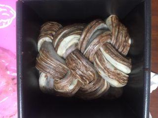 黑巧克力大理石吐司,对折重叠起来,接口在下放入模具