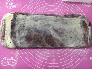 黑巧克力大理石吐司,往上下两边各自擀长擀薄