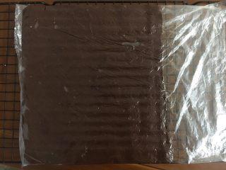 黑巧克力大理石吐司,擀成薄片,凉一下放冰箱冷冻
