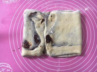 黑巧克力大理石吐司,从左往右折小半,从右往左折大半