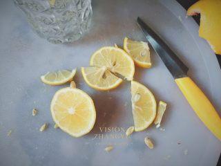 夏日西柚MOJITO,檸檬切一片完整的圓形插在杯子上裝飾用。
