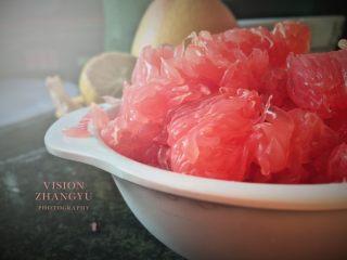 夏日西柚MOJITO,剝好的西柚肉放置一旁備用。