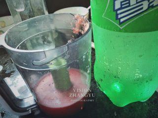 夏日西柚MOJITO,打好的汁和雪碧放置一邊備用,這邊雪碧的用量大概是西柚汁的兩倍,也可按自己口味添加減少。