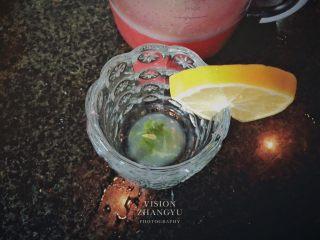 夏日西柚MOJITO,將搗爛的薄荷檸檬汁倒入杯中。