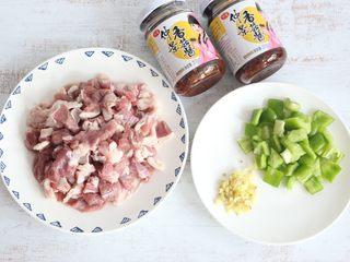 醬爆羊肉,準備食材。羊肉切小塊、青椒切小塊備用。