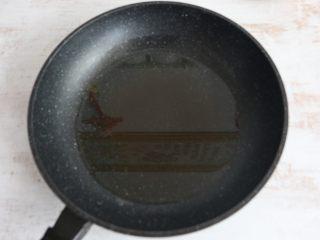 醬爆羊肉,鍋內倒入適量食用油。