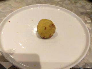 绿豆糕,把皮绿豆泥和豆沙包裹好,然后滚圆。