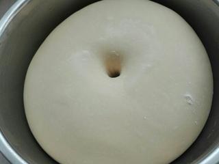 蜂蜜脆底小面包,面团进行发酵,至原来面团两倍大,手指戳洞,不回缩不塌陷即可