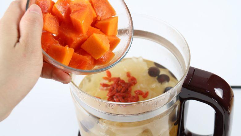 银耳木瓜糖水,加入木瓜,稍微搅拌一下。
