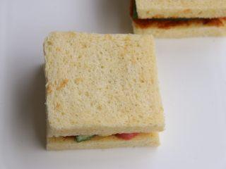 墨西哥香肠三明治,交替摆放上秋葵,玉米笋,热狗.