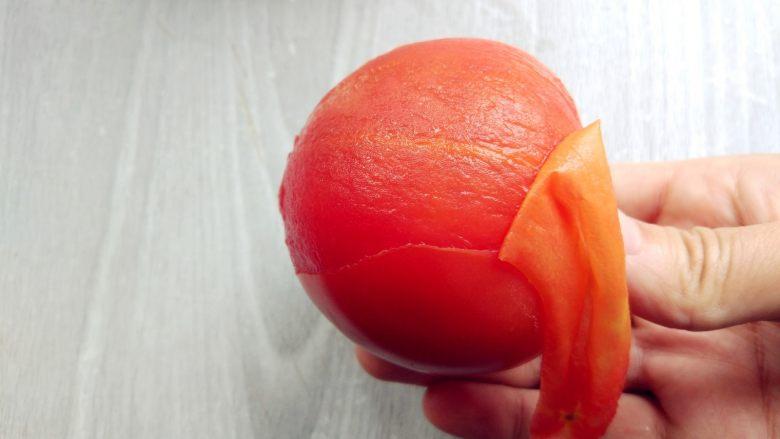 西红柿土豆炖牛肉,剥皮后备用