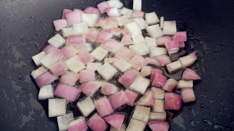 西红柿土豆炖牛肉,热锅热油,倒入洋葱煸炒