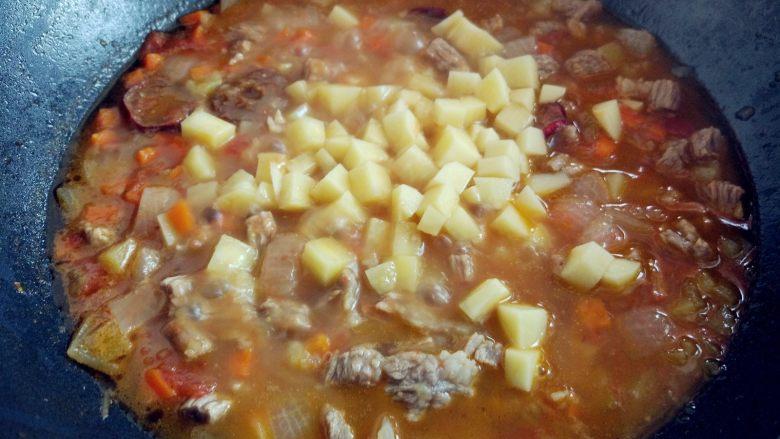 西红柿土豆炖牛肉,加入剩余的土豆丁,小火焖熟