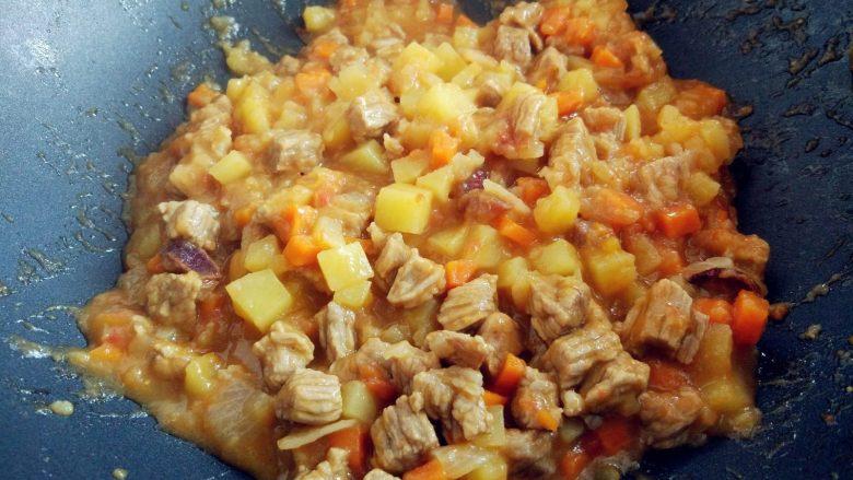 西红柿土豆炖牛肉,焖至收汤即可。也可以留适量汤汁拌饭,根据个人喜好吧