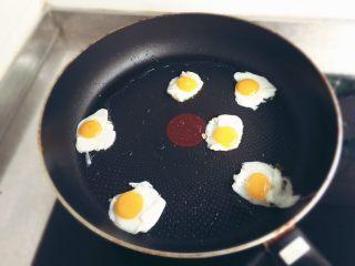 小煎鵪鶉蛋,將倒入鍋中,蛋開始煎鵪鶉蛋。