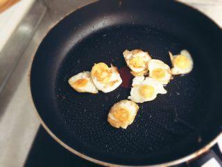 小煎鵪鶉蛋,煎到兩側焦黃。盛出。