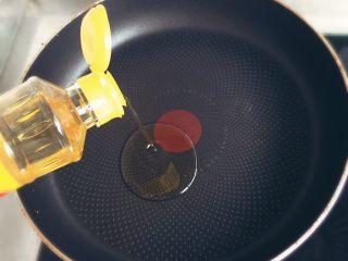 小煎鵪鶉蛋,倒入花生油。