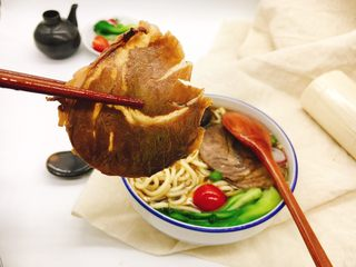 酱牛肉面,吃一口自己酱制的酱牛肉好吃又健康! 几分钟做一碗酱牛肉面的前提是要提前把酱牛肉先加工好。 下面我们来讲讲怎么做酱牛肉。
