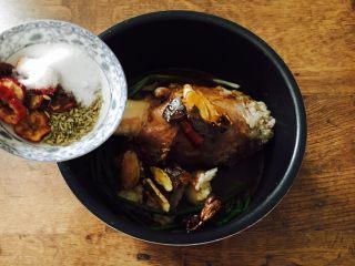 酱牛肉面,放入适量的小茴、少许红曲米、5片山楂、1个草果、1块桂皮、4粒丁香、10粒花椒和3勺盐。