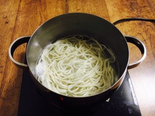 酱牛肉面,锅里放水,大火煮开,放入面条,煮至沸腾关火,盖上锅盖焖4分钟。
