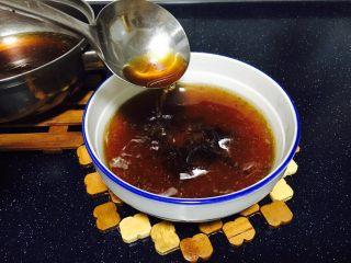 酱牛肉面,将汤头盛到碗里并按照自己的口味调味。