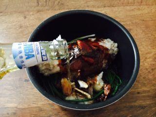 酱牛肉面,倒入一瓶啤酒和步骤16留下的焯牛腱子的汤,汤的量与牛腱子齐平。