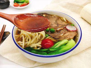 酱牛肉面,喝上一口咸香适口的汤汁,美滋滋哒。