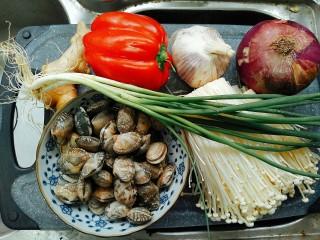 蒜蓉金针菇烤花蛤,第一步,准备食材。量可以根据自己的需要灵活调整。