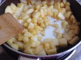 编织苹果派,加入一点点盐,20克水+10克玉米淀粉,调匀之后勾芡,煮浓稠