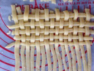 编织苹果派,再切出20条长条,编织井字形,条与条之间空出一点位置,不用紧挨着