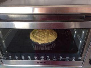 编织苹果派,将苹果派放入已经预热到200度的烤箱下层,烘烤25分钟