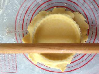 编织苹果派,将松弛后的面团分出200克面团擀薄,然后用擀面杖提起派皮,铺在六寸派盘上,用手按压出四周,然后用擀面杖在派盘上滚一下,就能去掉多余的派皮。