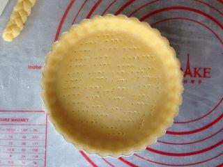 编织苹果派,用叉子再派皮上叉出多个小孔