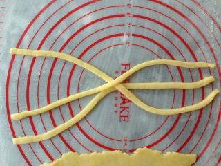 编织苹果派,将其他派皮也擀薄,切出三条0.8 cm宽28 cm长的长条,如图在中间交叉摆放