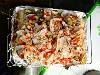 蒜蓉金针菇烤花蛤,第八步,ok,码上花蛤,剩下的一半彩椒蒜末该出场啦。然后准备就绪就可以上烤箱啦。
