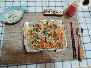 蒜蓉金针菇烤花蛤,第十一步,洒葱花。和第十步有啥区别呢,没错,就是葱花,加上葱花是不是食欲都上来了!我家葱花永远不是吃的,就是用来看看的,哈哈。