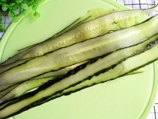 响油黄瓜卷,黄瓜用刮皮刀削成长条片